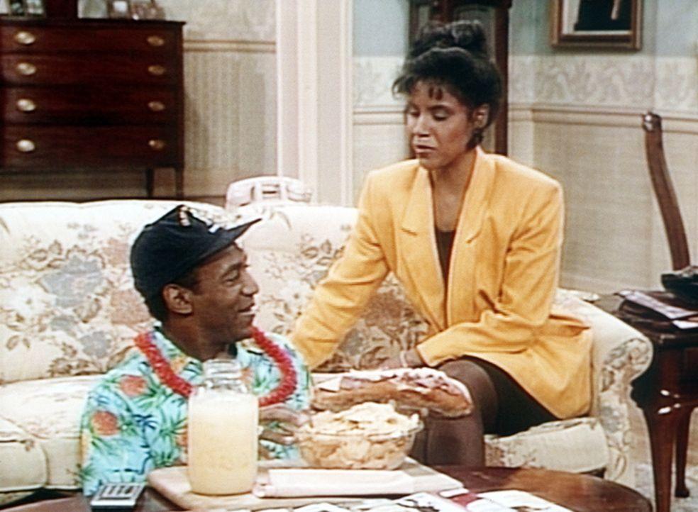 Clair (Phylicia Rashad, r.) hat Cliff (Bill Cosby, l.) für die Dauer seines Wohnzimmer-Kurzurlaubs von seiner Diät befreit. - Bildquelle: Viacom