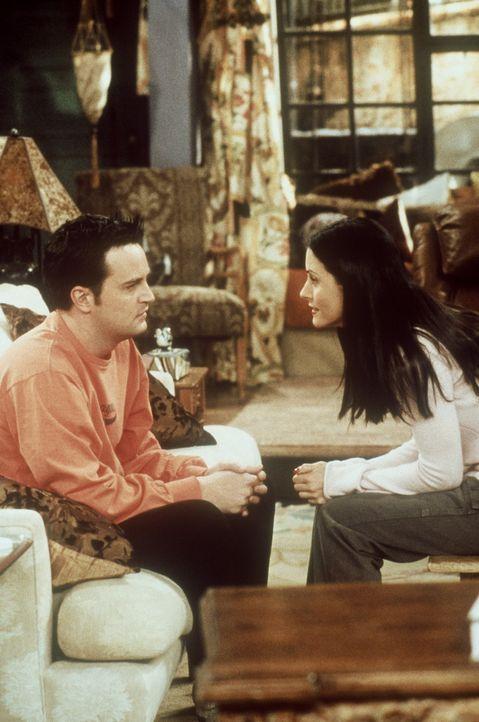 Chandler (Matthew Perry, l.) beichtet Monica (Courteney Cox, r.), er hätte seit seiner Kindheit nicht mehr geweint. Doch dauert es nicht lange, bis... - Bildquelle: TM+  2000 WARNER BROS.