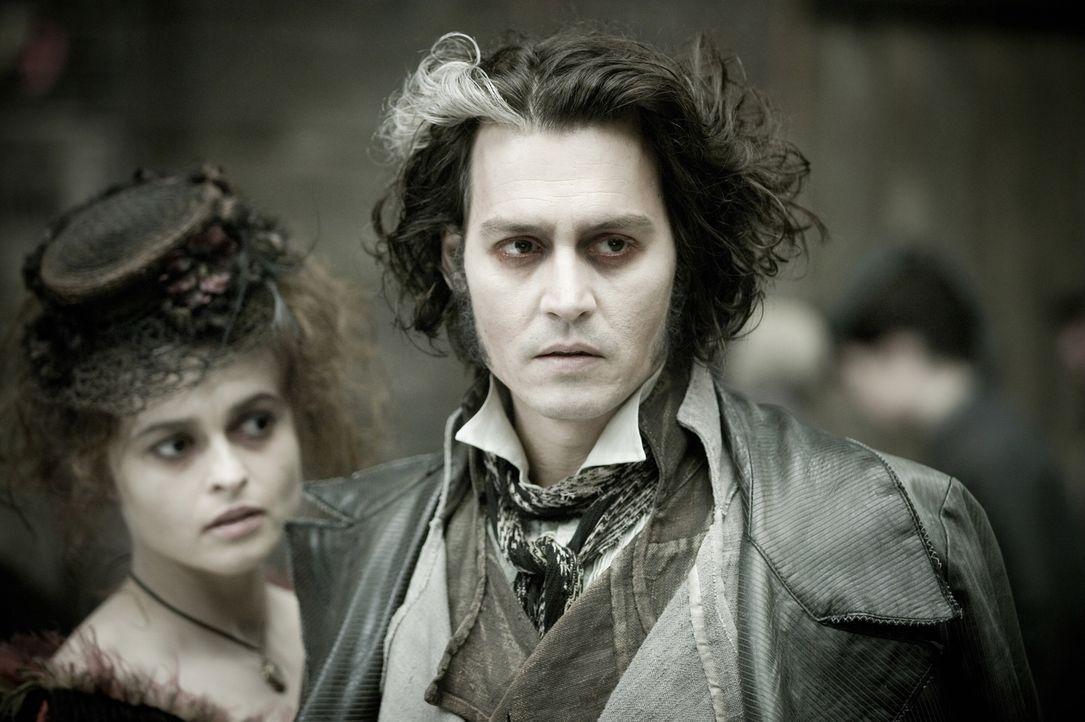 Nach Ablauf seiner Gefängnisstrafe kehrt Benjamin  Barker (Johnny Depp, r.) zurück nach London. Er eröffnet wieder seinen Friseursalon im ersten Sto... - Bildquelle: Warner Bros.