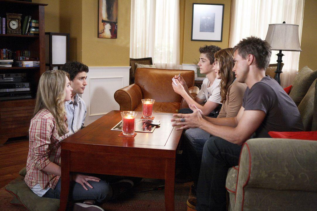 Die Zahl, die die Jugendlichen Declan (Chris Olivero, r.), Lori (April Matson, 2.v.r.), Josh (Jean-Luc Bilodeau, 3.v.r.) und Amanda (Kirsten Prout,... - Bildquelle: TOUCHSTONE TELEVISION