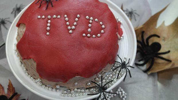 Enie backt eine Vampire Diaries Torte für die Serien-Fans