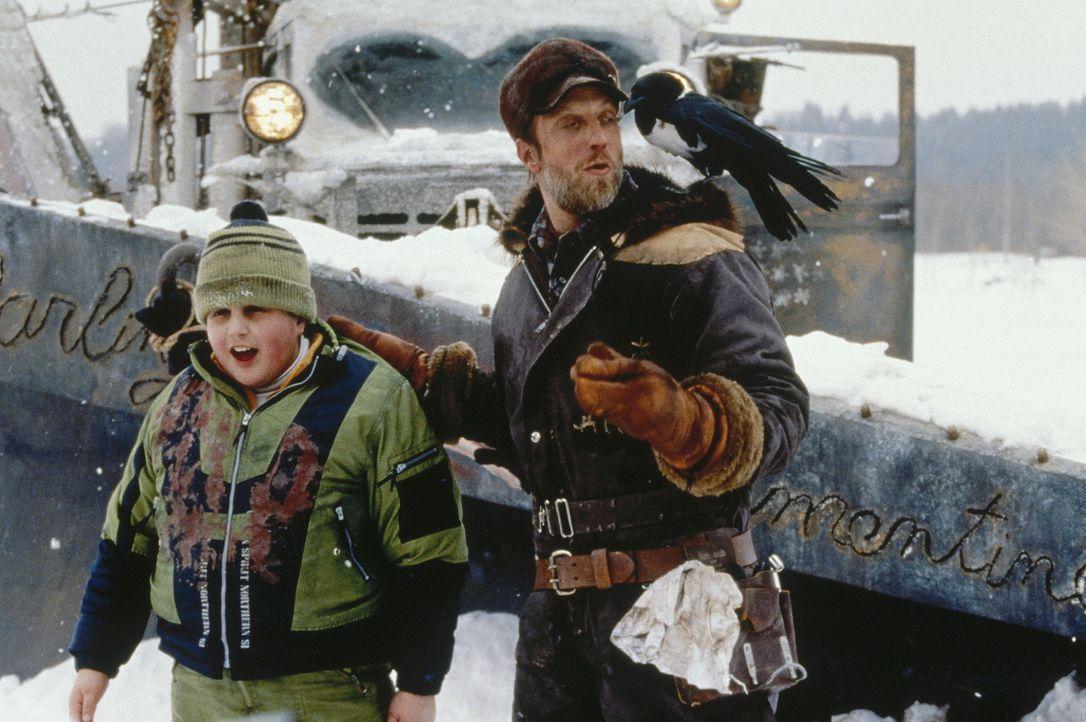 Der kleine Wayne (Josh Peck, l.) gerät in die Hände des ekelhaften Schneepflugfahrers (Chris Elliott, r.) ... - Bildquelle: Paramount Pictures