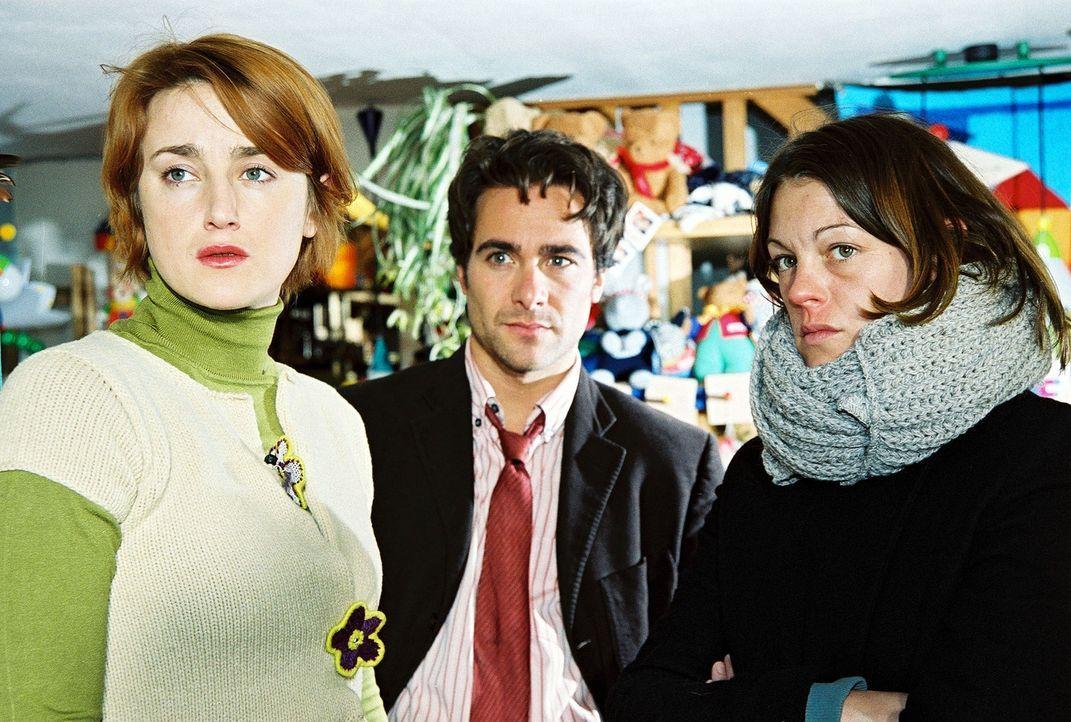 Niki (Elke Winkens, r.) und Marc (Alexander Pschill, M.) erhalten von der Frau des ermordeten Puppenspielers (Barbara Gassner, l.) einen entscheiden... - Bildquelle: Sat.1