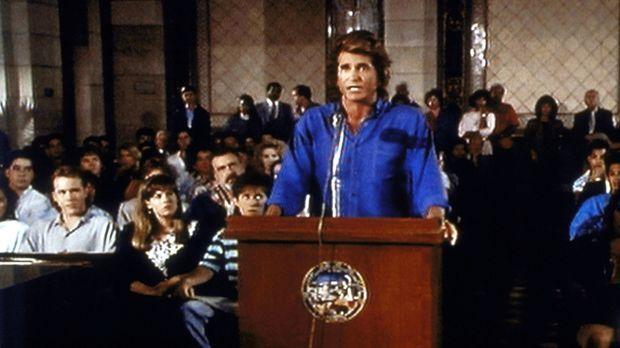 Jonathan (Michael Landon) tritt vor dem Prüfungsausschuss dafür ein, dass der...