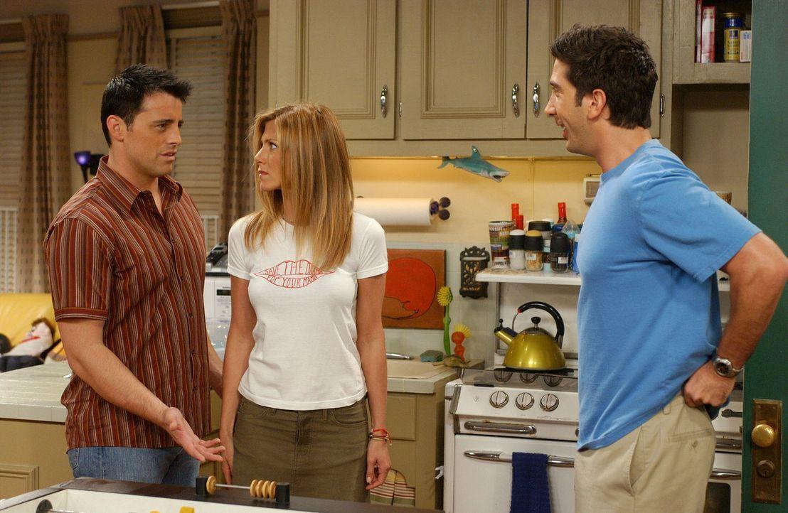 Ross (David Schwimmer, r.) sieht das Techtelmechtel von Joey (Matt LeBlanc, l.) und Rachel (Jennifer Aniston, M.) viel entspannter als die Protagoni... - Bildquelle: 2003 Warner Brothers International Television