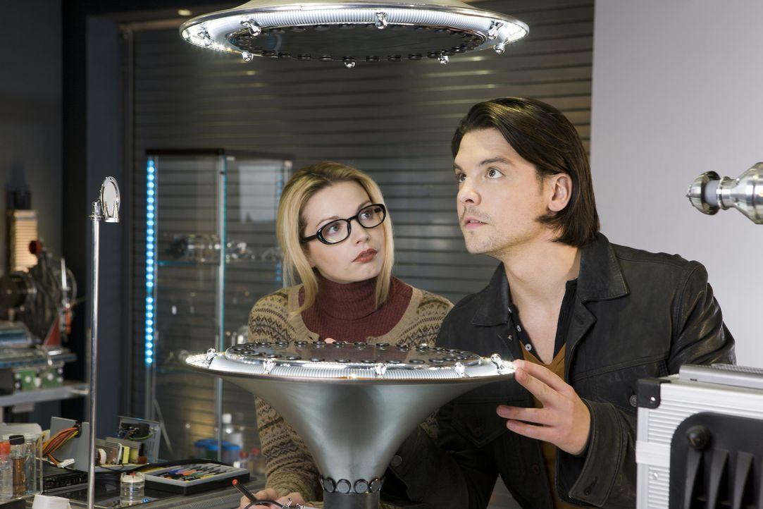 Während Abby, Matt und Becker einen Raptor in einer Kunstgalerie jagen, arbeitet Connor (Andrew Lee Potts, r.) mit April (Janice Byrne, l.) zusamme... - Bildquelle: ITV Plc