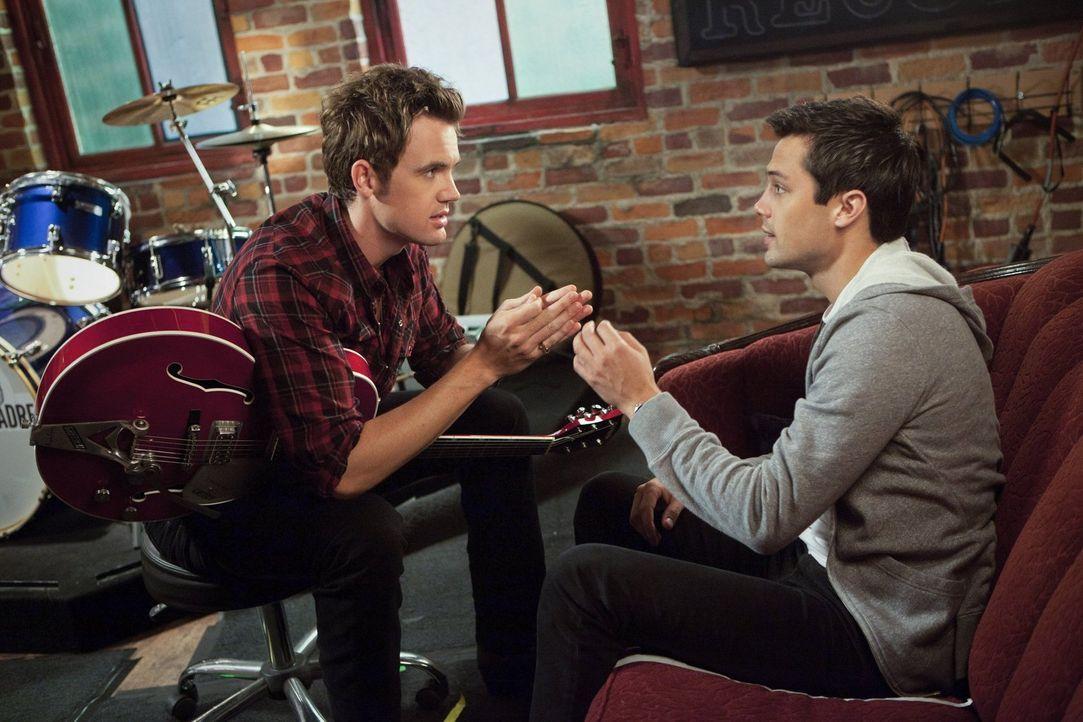 Chase (Stephen Colletti, r.) erzählt Chris Keller (Tyler Hilton, l.) von seinen Sorgen um den kleinen Chuck. Wird der wirklich von seinem Vater gesc... - Bildquelle: Warner Bros. Pictures