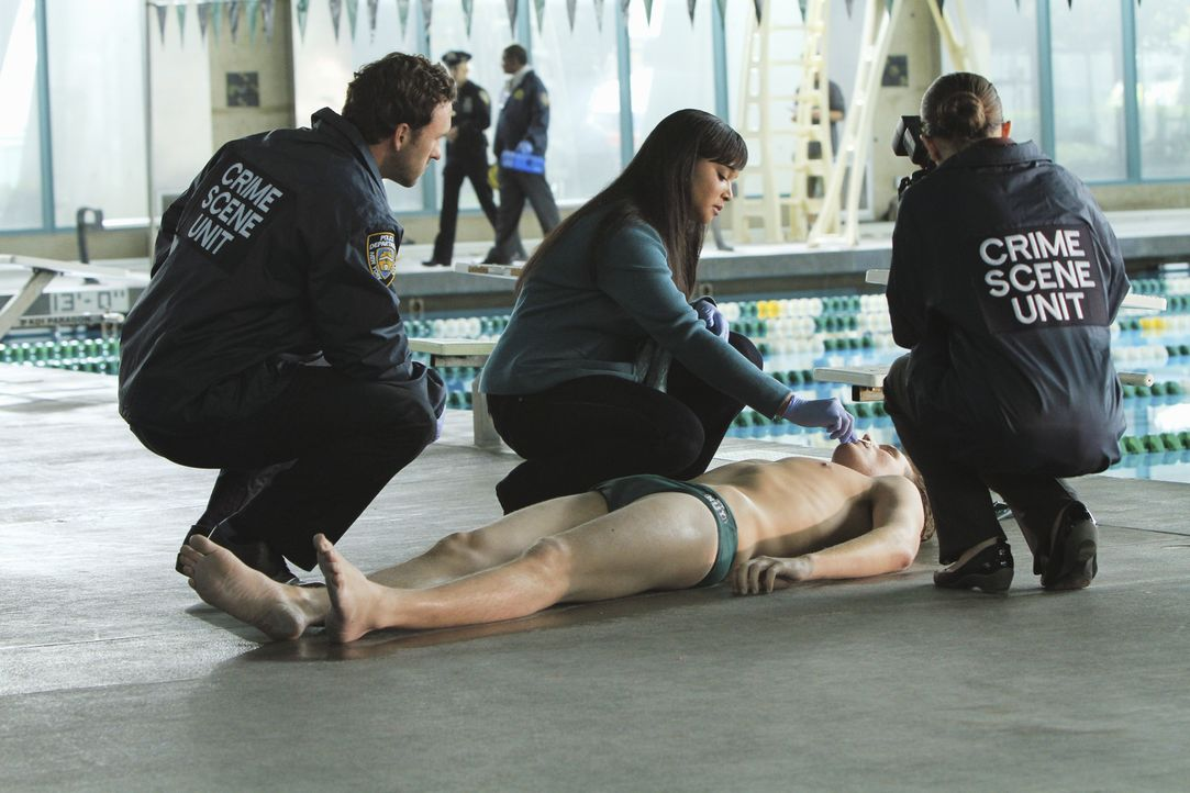 Noch am Tatort versucht Lanie Parish (Tamala Jones, M.), die Todesursache des Hochleistungsschwimmers herauszufinden. - Bildquelle: ABC Studios