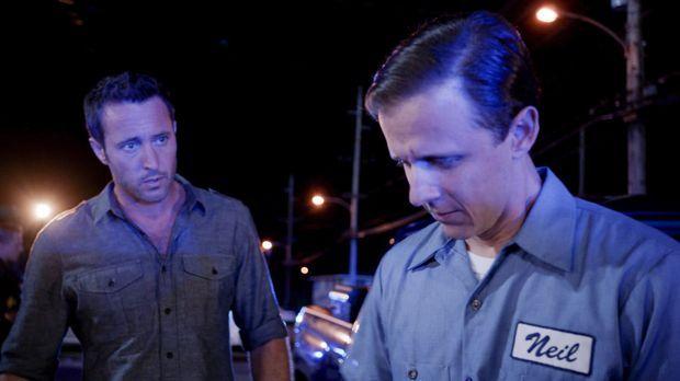 Steve (Alex O'Loughlin, l.) muss sich mit Neil (Joe Egender, r.), einem Autis...