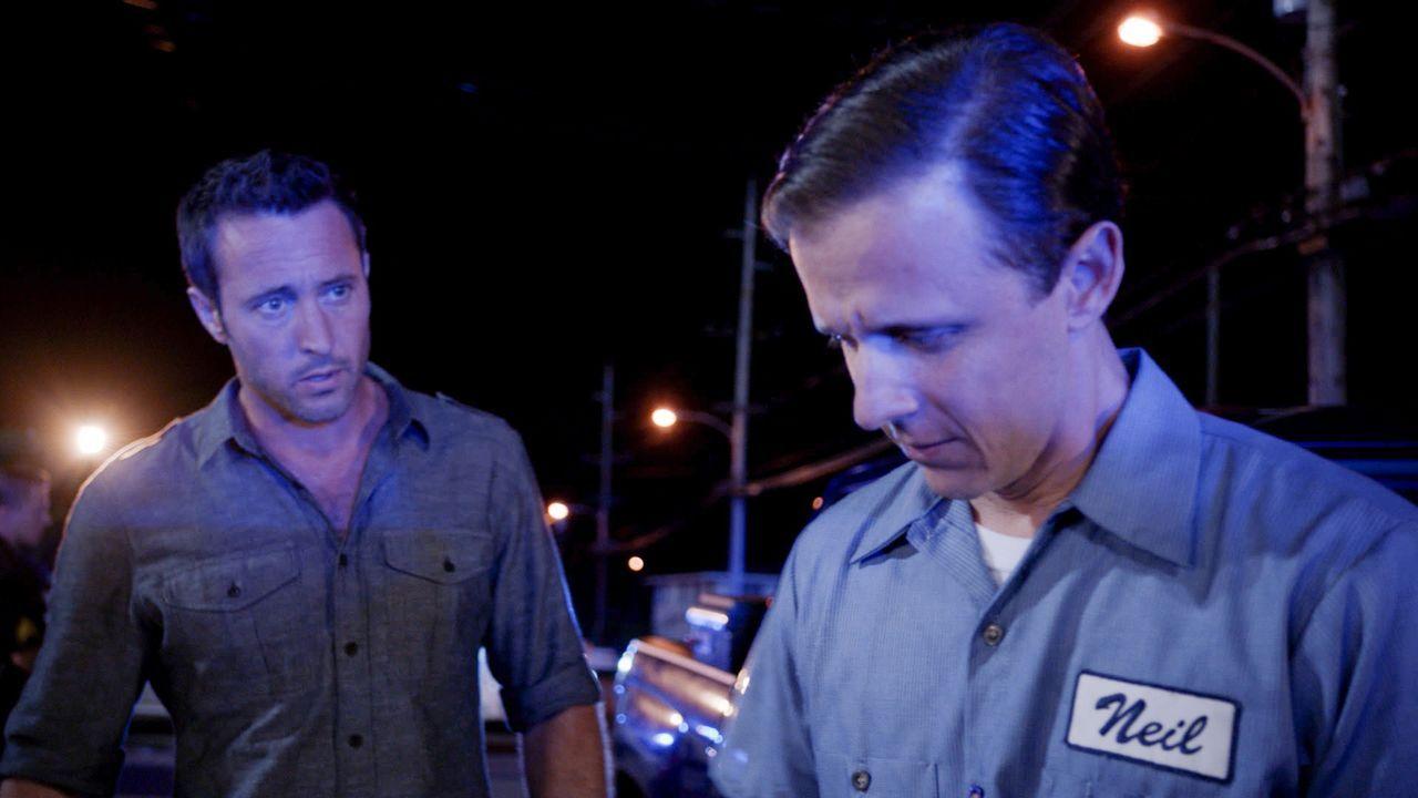 Steve (Alex O'Loughlin, l.) muss sich mit Neil (Joe Egender, r.), einem Autisten, zusammenschließen, um einen Mord aufzuklären ... - Bildquelle: 2016 CBS Broadcasting, Inc. All Rights Reserved