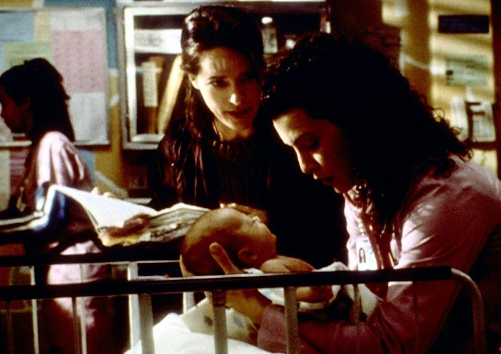 Hathaway (Julianna Margulies, r.) kümmert sich um Cocos Baby, als wäre es ihr eigenes. - Bildquelle: TM+  2000 WARNER BROS.