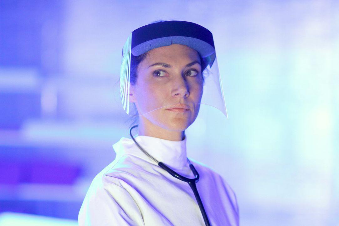 Während Julia (Kyra Zagorsky) weitere Untersuchungen am Virus vornimmt, treiben sich möglicherweise infizierte Wissenschaftler auf der Station herum... - Bildquelle: 2014 Sony Pictures Television Inc. All Rights Reserved.