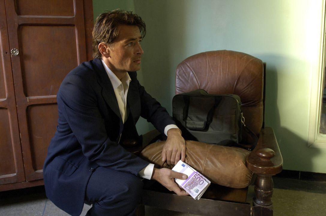 Um seine Verlobte aus der Hand brutaler irakischer Erpresser befreien zu können, räubert Junglehrer Sascha (Jan Sosniok) sogar den Tresor seiner E... - Bildquelle: Gordon Mühle ProSieben