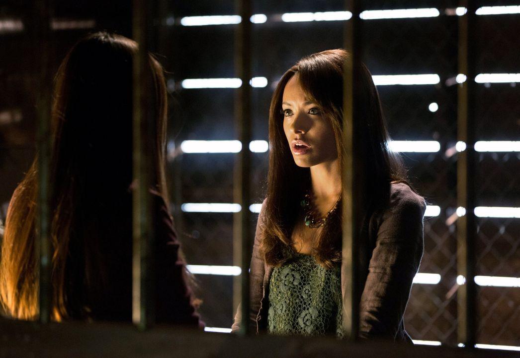 Bonnie (Katerina Graham, r.) benutzt gefährliche Kräfte, um Elena (Nina Dobrev, l.) zu helfen. Mit verheerenden Folgen ... - Bildquelle: Warner Brothers