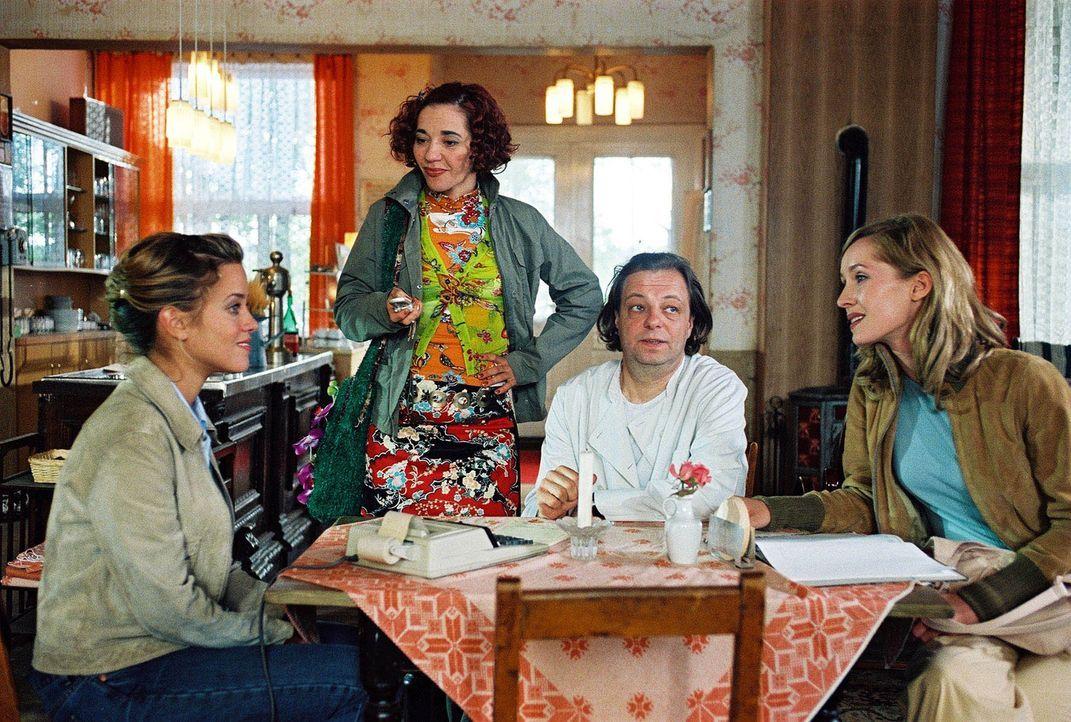"""Die berühmte TV-Moderatorin Karen (Silvina Buchbauer, r.) glaubt sich mit ihrer Assistentin Beate (Anja Franke, 2.v.l.) in dem """"Romantik Hotel"""", das... - Bildquelle: Noreen Flynn Sat.1"""