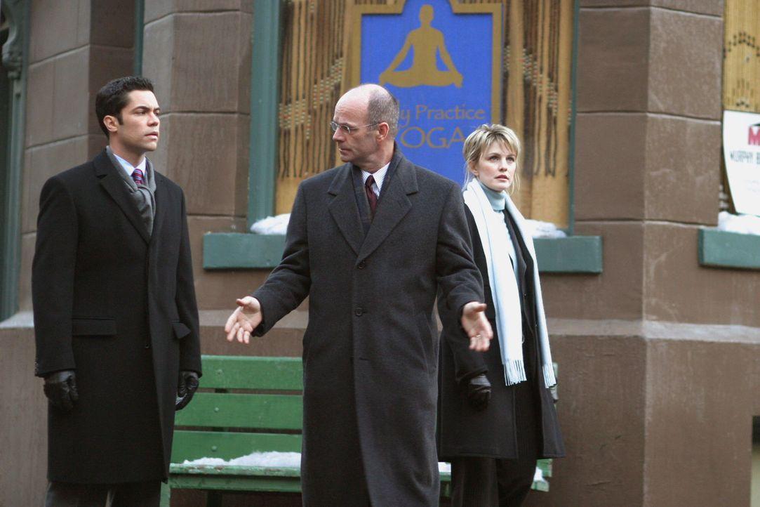 Lt. John Stillman (John Finn, M.) erzählt Det. Scott Valens (Danny Pino, l.) und Det. Lilly Rush (Kathryn Morris, r.), was er bereits damals über de... - Bildquelle: Warner Bros. Television