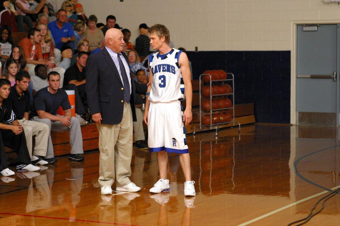 Lucas (Chad Michael Murray, r.) hat sein erstes Basketballspiel im Team total verpatzt. Seine Gabe, sein Talent war unter dem Druck der Mannschaft a... - Bildquelle: Warner Bros. Pictures