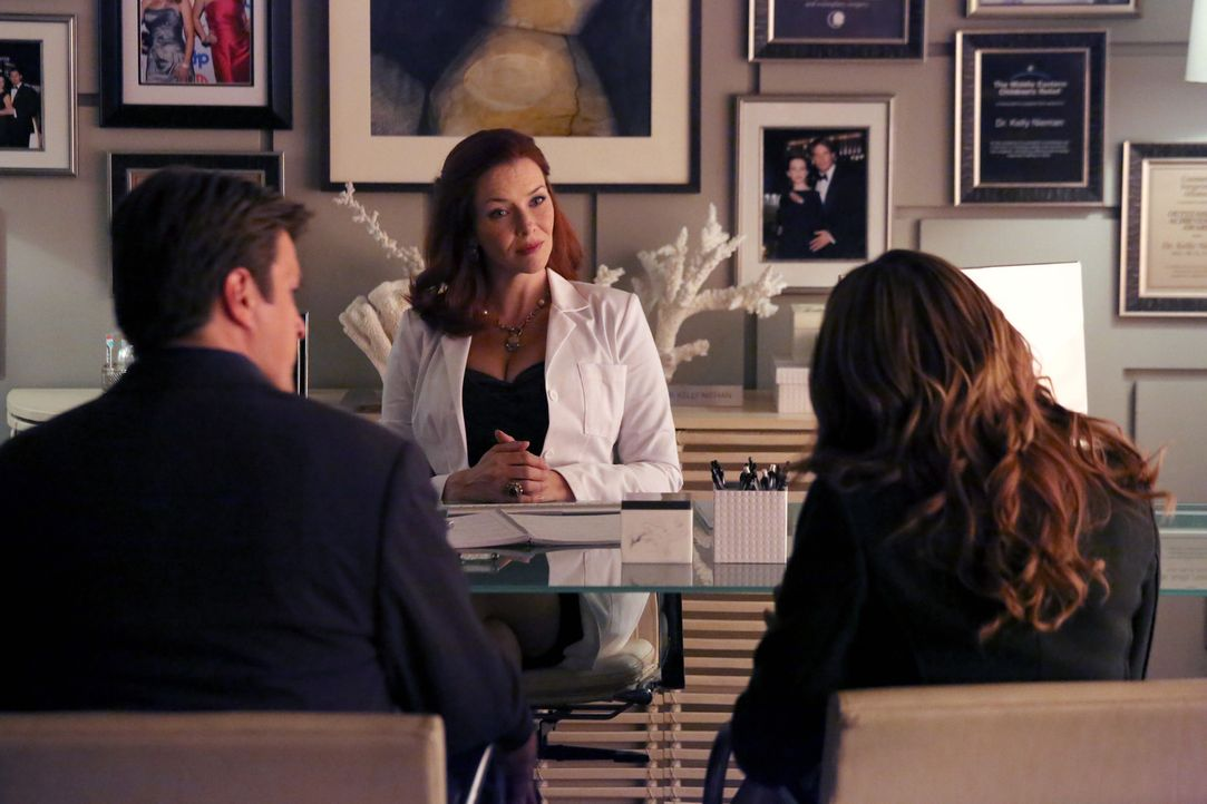 Ihre Ermittlungen führen Castle (Nathan Fillion, l.) und Beckett (Stana Katic, r.) zur plastischen Chirurgin Dr. Kelly Nieman (Annie Wersching, M.). - Bildquelle: 2013 American Broadcasting Companies, Inc. All rights reserved.