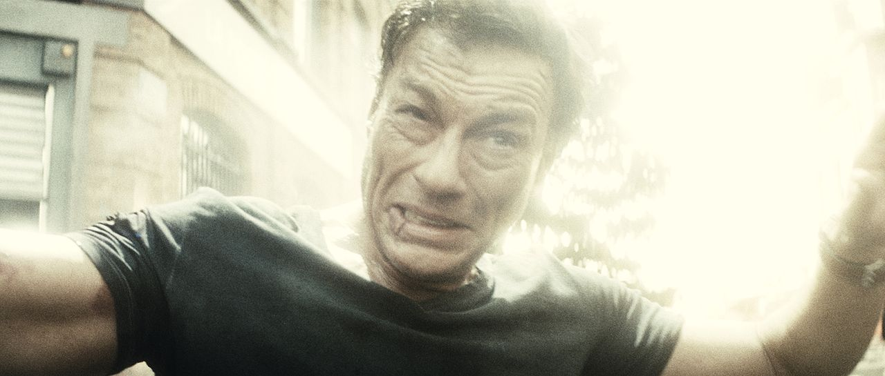 Riskiert alles, um die Geiseln zu befreien und sich selbst zu rehabilitieren: der belgische Filmschauspieler J.C.V.D. (Jean-Claude Van Damme) ... - Bildquelle: 2008 Samsa Film & Gaumont. All Rights Reserved.