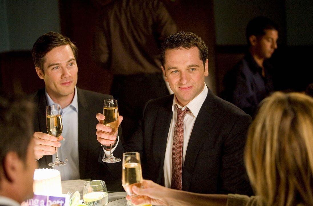 Schwiegereltern zu Besuch: Scotty (Luke MacFarlane, l.) und Kevin (Matthew Rhys, r.) begegnen zum ersten Mal Scottys Eltern als verheiratetes Ehepaa... - Bildquelle: 2008 ABC INC.