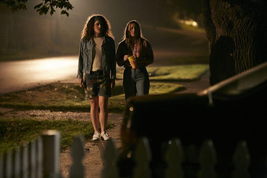In ihrer Heimatstadt Orlando laufen Shauna Card (Melinda Michael,l.) und Brianna Cox (Claire Hunter,r.) abends vom örtlichen Jahrmarkt  nach Hause,... - Bildquelle: Ian Watson Cineflix 2014