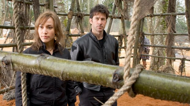 Auf einem fremden Planeten werden Teyla (Rachel Luttrell, l.), Sheppard (Joe...