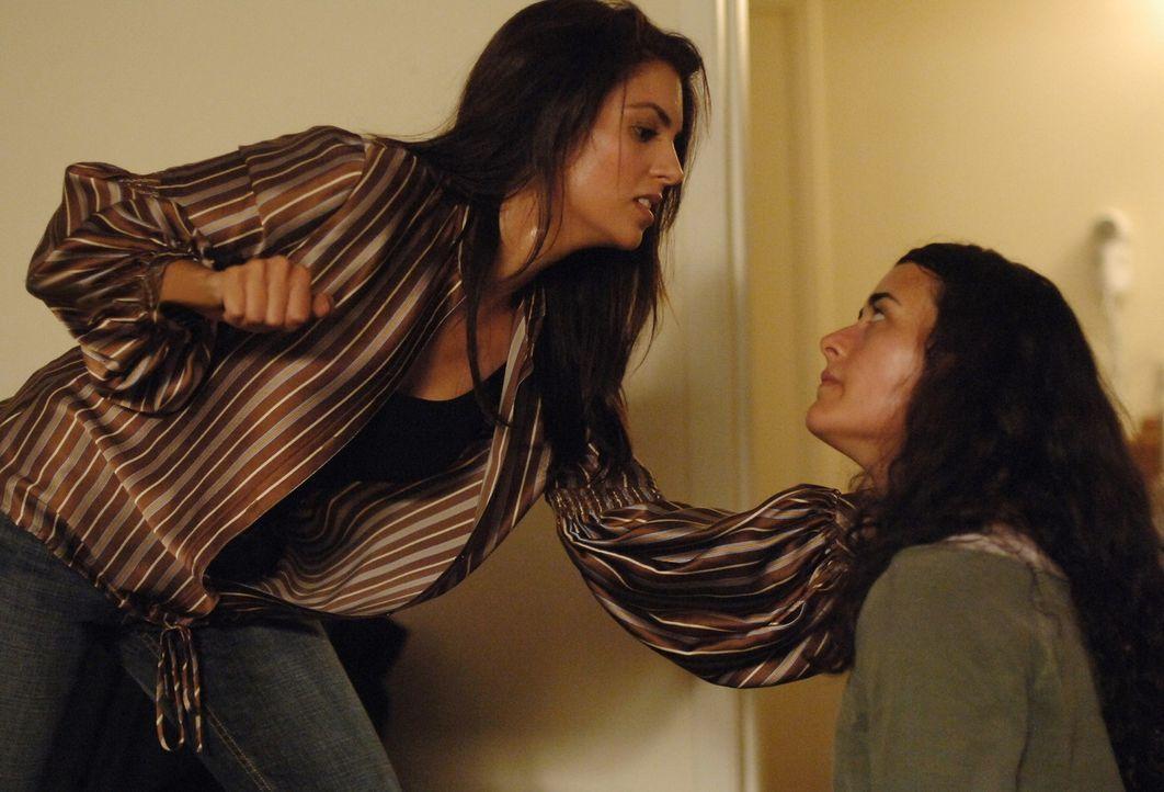 Zwischen Faatin Amal (Saba Homayoon, l.) und Ziva (Cote de Pablo, r.) kommt es zu einer Auseinandersetzung ... - Bildquelle: CBS Television