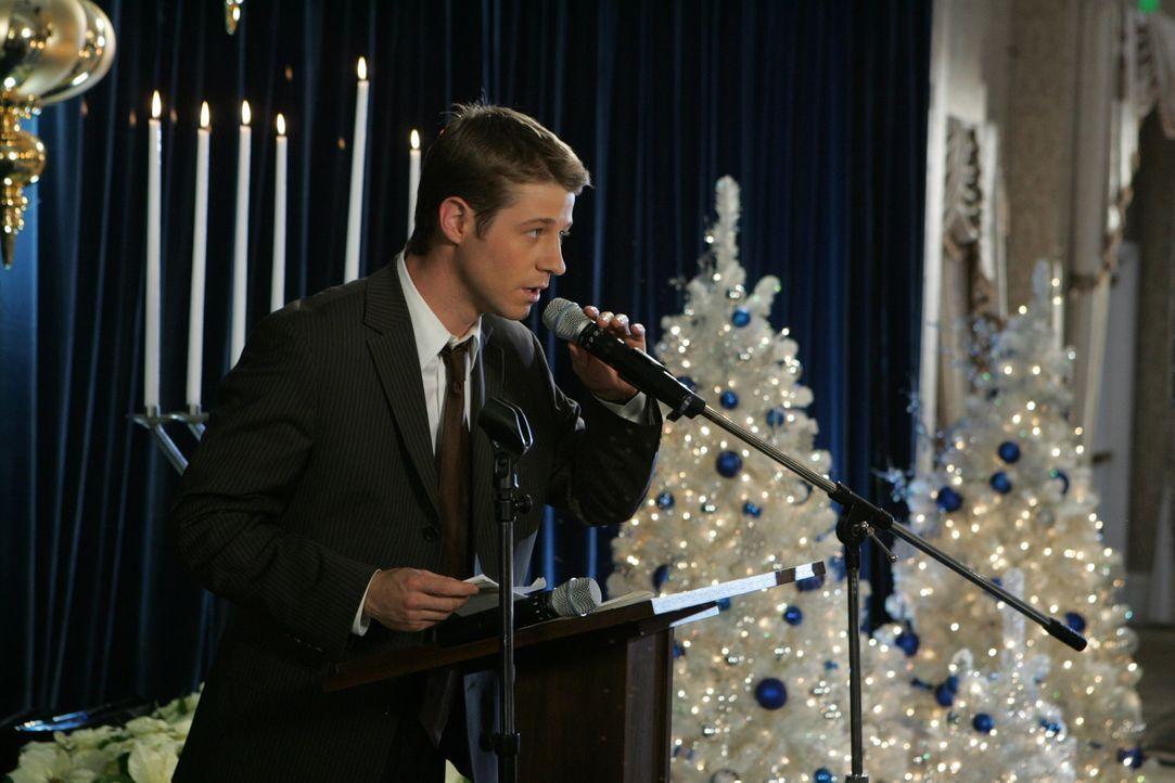 Ryan (Benjamin McKenzie) bedankt sich bei seiner Bar Mitzvah-Feier für die Spenden ... - Bildquelle: Warner Bros. Television