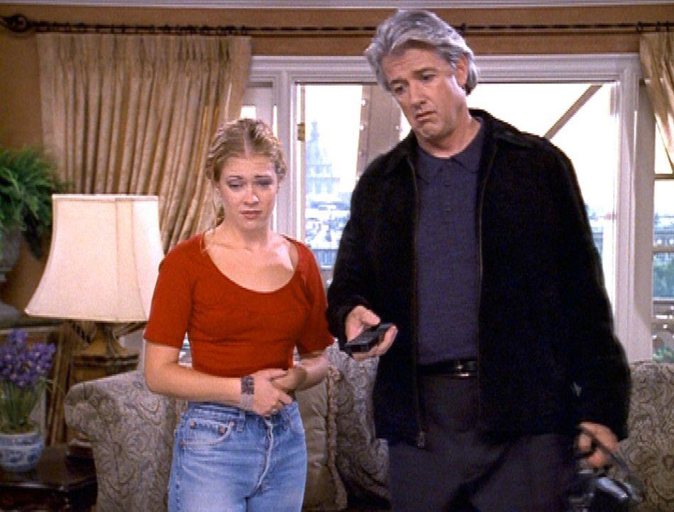 Sabrina (Melissa Joan Hart, l.) ist bei ihrem Vater (Doug Sheehan, r.) in Paris. Um zu erfahren, was zu Hause los ist, werfen die beiden einen Blick... - Bildquelle: Paramount Pictures