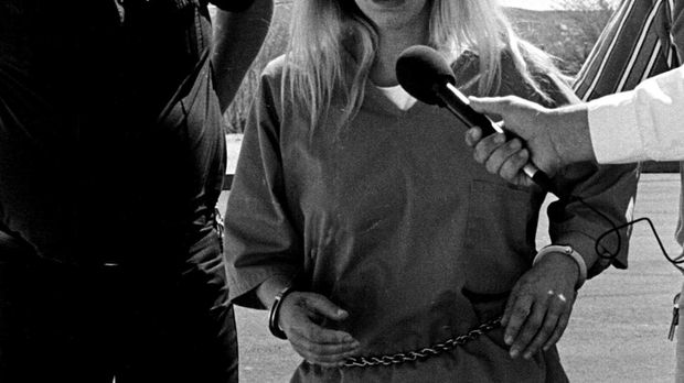 Zusammen mit ihrem Freund kidnappt und foltert Cindy Hendy (r.) mehre Frauen....