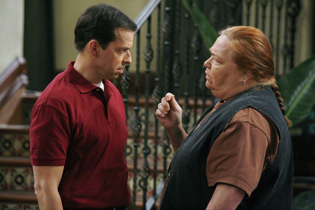 Machen sich Sorgen um Charlie: Berta (Conchata Ferrell, r.) und Alan (Jon Cryer, l.) ... - Bildquelle: Warner Brothers Entertainment Inc.