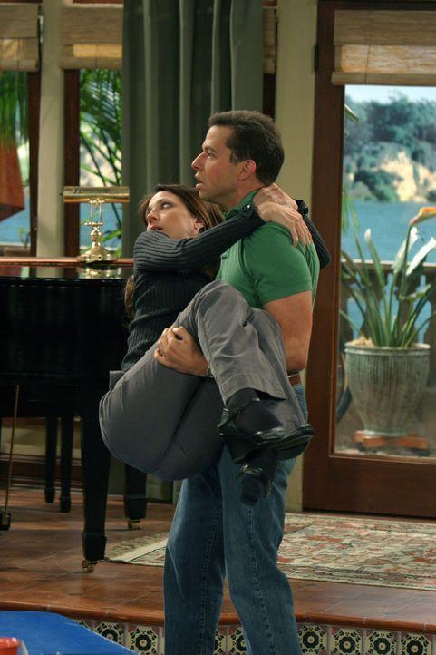 Lassen Alan (Jon Cryer, r.) und Judith (Marin Hinkle, l.) ihre Ehe wieder aufleben? - Bildquelle: Warner Bros. Television