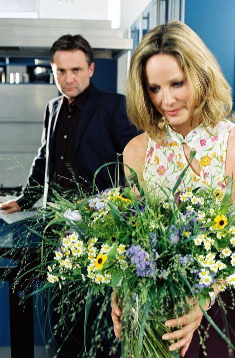 Karl (Bernhard Schir, l.) ist verwundert, dass seine Frau den Frühstückstisch deckt - Katharina (Ann-Kathrin Kramer, r.) ahnt nicht, dass Karl sch... - Bildquelle: Sat.1