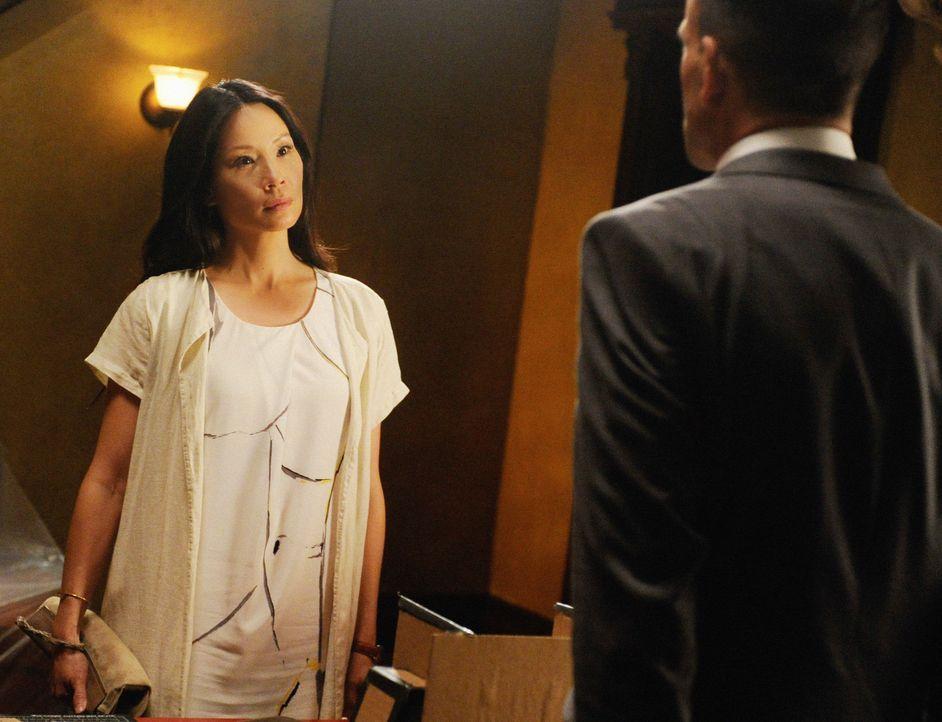 Doch Joan (Lucy Liu, l.) ist wenig begeistert darüber, dass Holmes (Jonny Lee Miller, r.) sich in ihren Fall einmischt. - Bildquelle: CBS Television