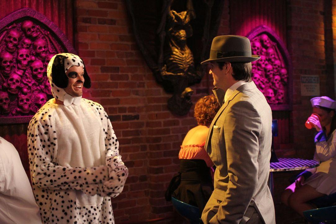 Während Julian (Austin Nichols, l.) unerwarteten Besuch bekommt, versucht Nathan (James Lafferty, r.) eine neue Karriere zu starten ... - Bildquelle: Warner Bros. Pictures