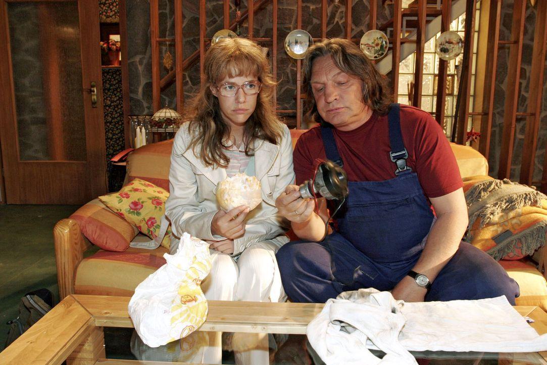 Bernd (Volker Herold, r.) versucht Lisa (Alexandra Neldel, l.) davon zu überzeugen, dass es jetzt keinen Sinn hat, bei Kerima zu kündigen. (Dieses F... - Bildquelle: Noreen Flynn Sat.1
