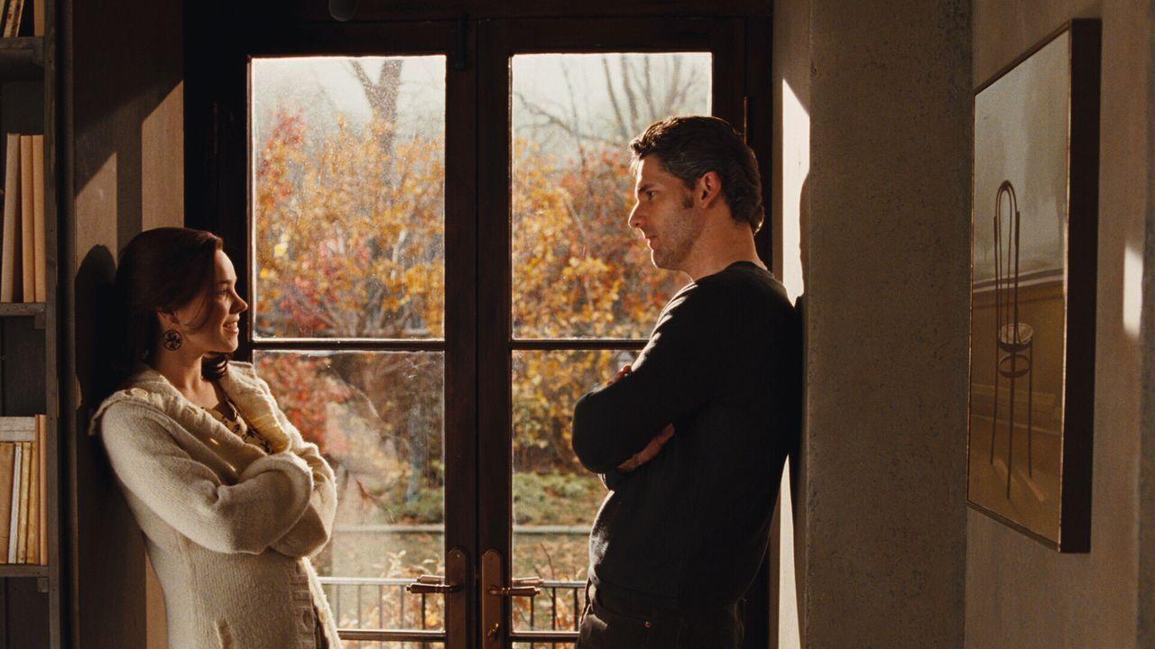 Clare (Rachel McAdams, l.) kann ihrem Mann Henry (Eric Bana, r.) die ständige Abwesenheit nicht übel nehmen - eine seltene Gen-Anomalie zwingt ihn z... - Bildquelle: Warner Brothers