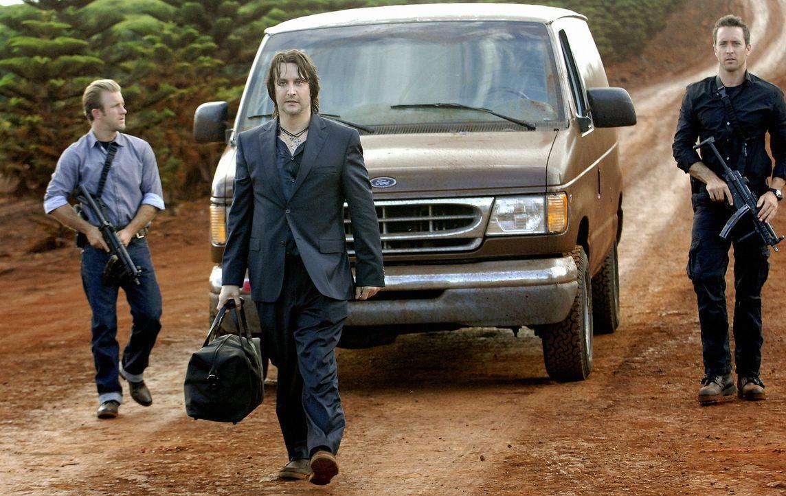 Ein ehemaliger Kollege von Danny (Scott Caan, l.), wird auf grausame Weise ermordet. Steve (Alex O'Loughlin, r.) und sein Team versuchen diesen Mord... - Bildquelle: TM &   2010 CBS Studios Inc. All Rights Reserved.