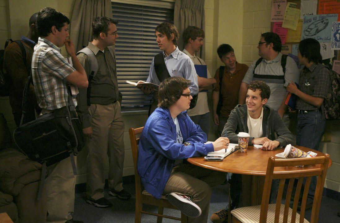 Die Examensstudenten verbarrikadieren sich, damit die Frischlinge bei ihnen einbrechen müssen: Dale (Clark Duke, vorne l.) und Rusty (Jacob Zachar,... - Bildquelle: 2008 ABC Family