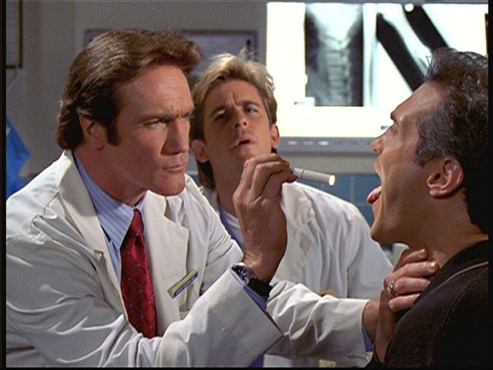Unter den argwöhnischen Augen von Jesse (Charlie Schlatter, M.) untersucht Steve (Barry Van Dyke, l.), der verdeckt ermittelt und sich als Arzt ausg... - Bildquelle: Viacom