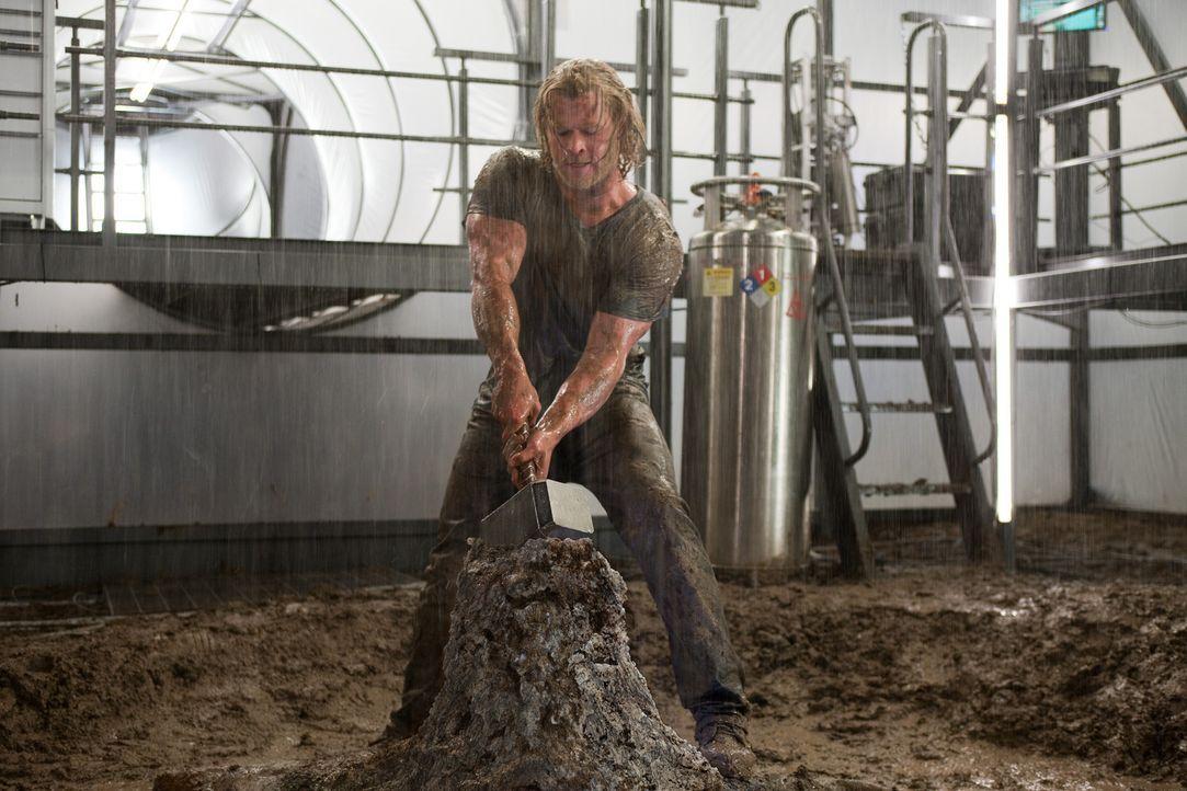 Eigentlich hatte es sich Thor (Chris Hemsworth) einfacher vorgestellt, den Hammer Mjölnir wieder an sich zu nehmen, aber Odin legt ihm Steine in den... - Bildquelle: 2011 MVLFFLLC. TM &   2011 Marvel. All Rights Reserved.