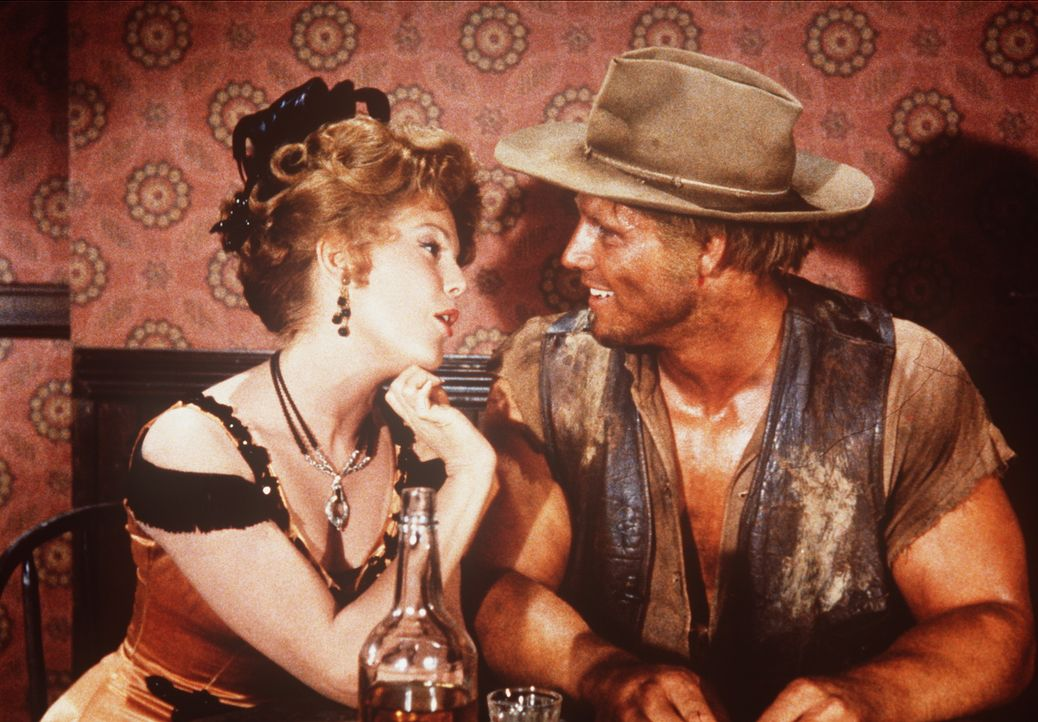 Arnie (Cal Bolder, r.) hat sich in die Animierdame Sherry (Karen Sharpe, l.) verliebt und ahnt nicht, dass sie nur mit ihm spielt. - Bildquelle: Paramount Pictures