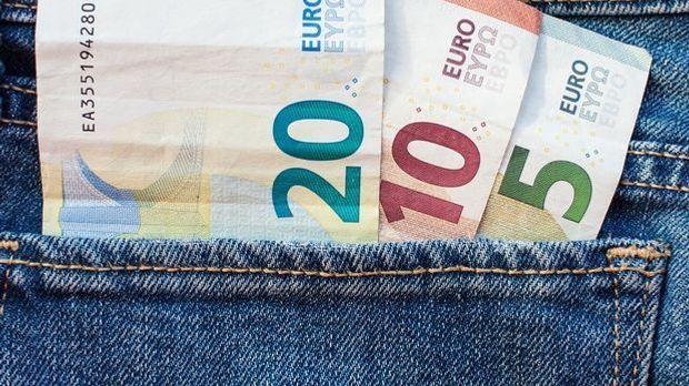 Geld Euro in der Hostentasche