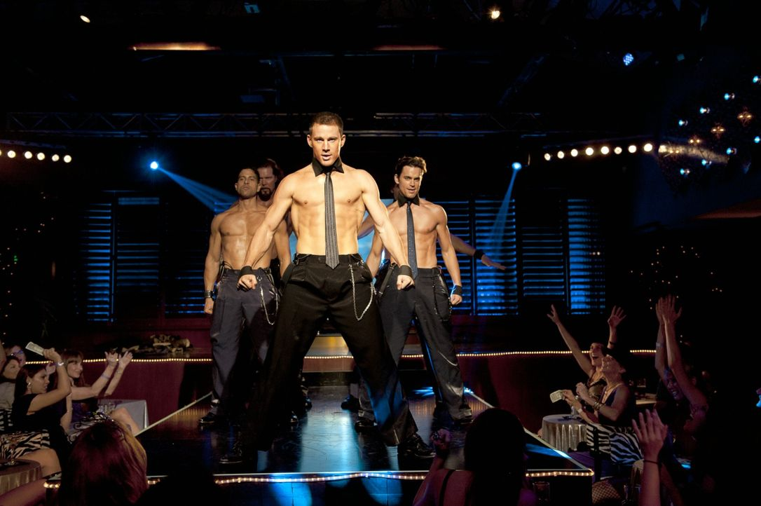 "Im Stripclub ""Xquisite"" in Florida ist ""Magic"" Mike Martingano (Channing Tatum, M.) der Star auf der Bühne. Gemeinsam mit seinen ebenfalls ziemlich... - Bildquelle: 2012 The Estate of Redmond Barry LLC. All rights reserved"