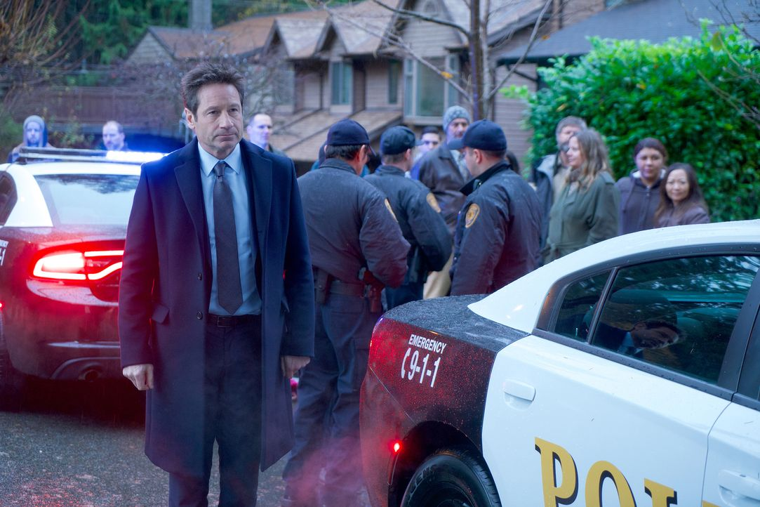 Als Mulder (David Duchovny) neben der zerfetzten Leiche eines Jungen Salz entdeckt und in der Historie des kleinen Ortes Informationen über Hexerei... - Bildquelle: Shane Harvey 2018 Fox and its related entities.  All rights reserved.