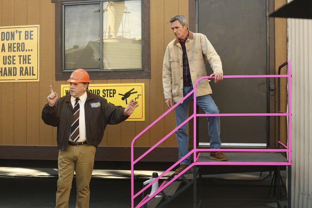 Kann und will Tom (Brian Howe, l.) Mike (Neil Flynn, r.) beistehen, als diesem bei der Arbeit etwas Peinliches passiert? - Bildquelle: Warner Bros.