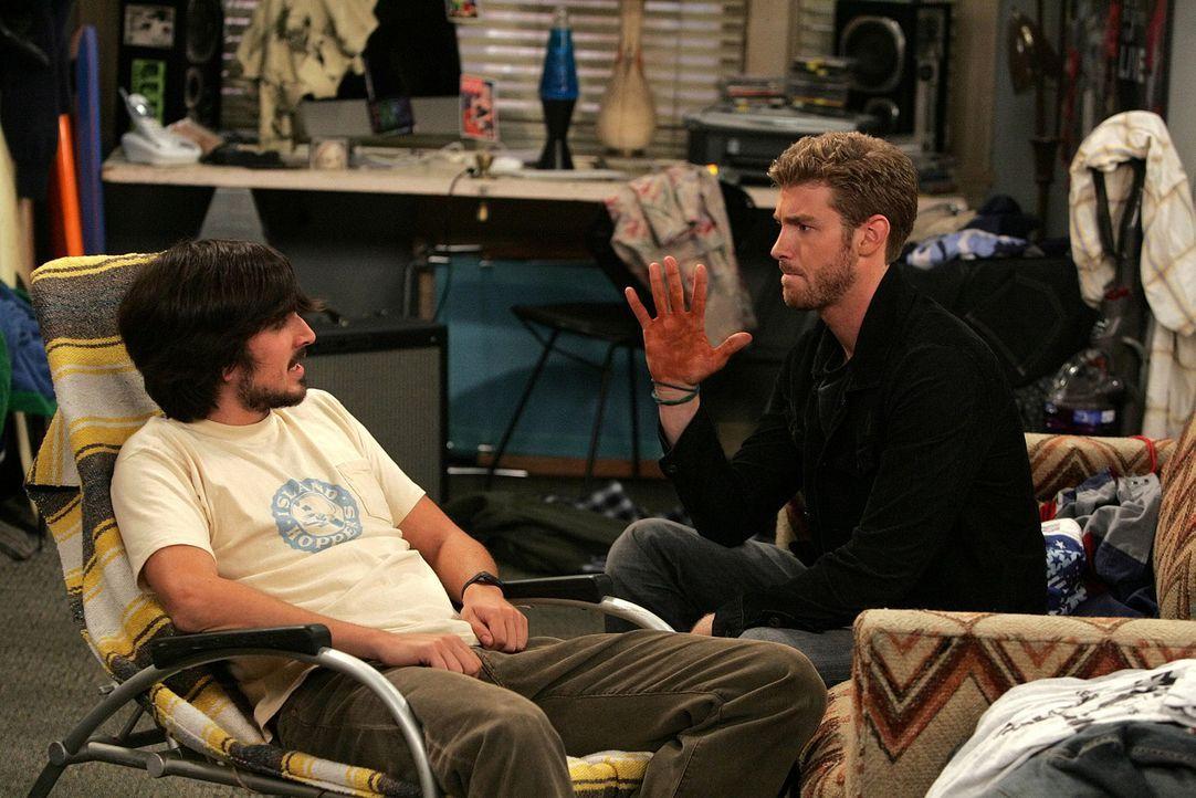 Zack (Jon Foster, r.) ist mit dem Selbstbräuner von Billie ein peinliches Missgeschick passiert, das er nun seinem Kumpel Davis (Nicolas Wright, l.... - Bildquelle: 2009 CBS Broadcasting Inc. All Rights Reserved