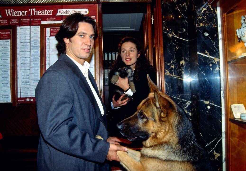 Kommissar Moser (Tobias Moretti, l.) und Rex schenken der blinden Zeugin Brigitte (Maria von Blumencron, r.) einen Schäferhund-Welpen. - Bildquelle: Ali Schafler Sat.1