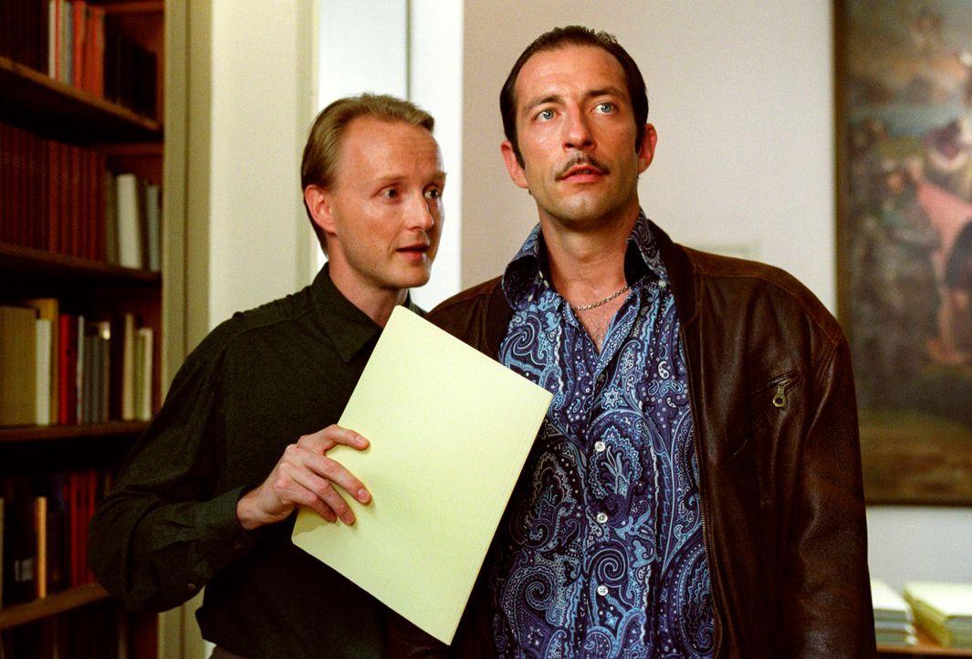 Im Maximilianeum trifft Wacker (Jannis Spengler, r.) auf den hochgebildeten Bibliothekar Mark Siegel (Holger Handtke, l.). - Bildquelle: Christian A. Rieger Sat.1
