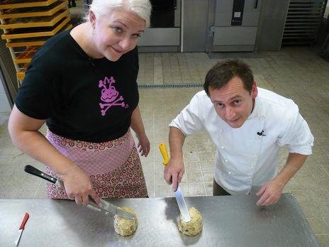 Die Torten-Tuner - Wir backen das! - Frank Steidl (r.) und Betty (l.) legen s...